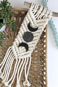 Mond Wandbehang, Mondphasen, Mondphase, Makramee Wandbehang, Halbmond Wandbehang - Moon Phases and Wall Totem - Macrame Plant Holder, Plant Holders, Macrame Design, Boho Nursery, Macrame Projects, Space Crafts, Perfect Christmas Gifts, Wall Patterns, Christmas Tree Ornaments