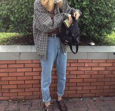 Moms jeans with an oversized blouse and black boots. Nice autumn feel