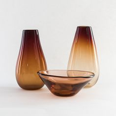 GUNNEL NYMAN - Glass vases and bowl for Nuutajärvi Notsjö, 1940s, Finland.   [h. 17,5 / 16,5 / 5,5 cm, Ø 9,5 / 8,5 / 15 cm] Glass Design, Design Art, Wine Decanter, Modern Contemporary, Home Accessories, Barware, Retro Vintage, Smartphone, Bottle