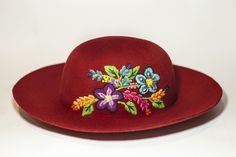 Sombrero mod. Campesina con bordado inspirado en flores de campo. #ArteTextilPeruano #SomosLibres #BordadoAyacuchano