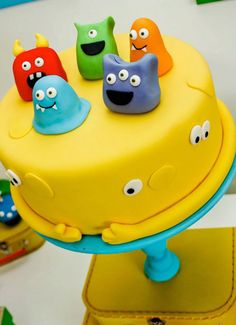 Colorful monster cake for Monster Party. Monster Birthday Cakes, Monster Birthday Parties, Cake Birthday, Boy Birthday, Party Deco, Little Monster Birthday, Novelty Cakes, Little Monsters, Singing Monsters