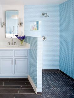 baby blue bathroom. Like it but think I would need the wall higher or there would be water all over the place.