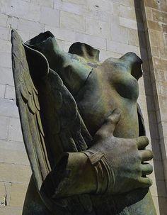 """Igor Mitoraj, """"Eros alato con mano"""", scultura in bronzo, 2013. Pietrasanta. Photo by Loris Rizzi"""