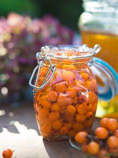 Dzień dobry, Wytrzymacie jeszcze odrobinę rokitnikowego szaleństwa? (I bierzemy się za inne owoce z cyklu owoce jesieni). Jak wiecie, jestem wielką rokitnikową fanką i skoro wiemy już w jaki sposób… Homemade Liquor, Kitchen Witch, Edible Flowers, Preserves, Stuffed Mushrooms, Health Fitness, Veggies, Food And Drink, Herbs