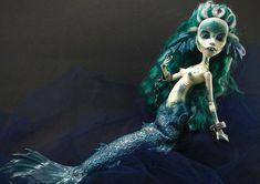 Confecção de 'bonecas das trevas' vira fonte de renda para designer apaixonada por horror  Isadora Zemgeski mora no Paraná e transformou hobbie em profissão; exemplar pode custar até R$ 450.