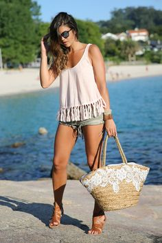 trendy_taste-look-outfit-street_style-ootd-blog-blogger-fashion_spain-moda_españa-boho-hippie-beach-playa-sandalias_romanas-denim_shorts-shorts_vaqueros_rotos-galicia-menduiña-mr._boho-gafas_espejo-13