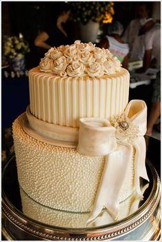 3 cf Casamento no campo ao ar livre no lago durante o dia detalhe do bolo de casamento com laço flores pasta americana