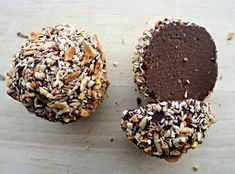 Sundere chokolade-trøfler by cathrineyoga. Healthy date truffles without oil and sweetened with dates and bananas. Semi-high fat content due to nuts and seeds. Recipe in Danish Healthy School Snacks, Healthy Vegan Desserts, Healthy Cake, Vegan Treats, Vegan Snacks, Raw Food Recipes, Snack Recipes, Dessert Recipes, Raw Brownies