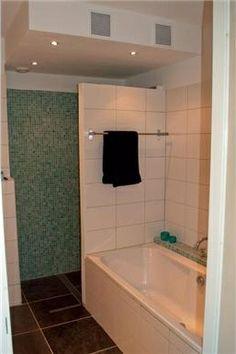 Handig muurtje tussen douche en bad