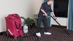 If you've been planning to clean your synthetic carpeting, here's a quick tip. House Cleaning Tips, Cleaning Hacks, How To Clean Carpet, Clean House, Upholstery, Home Appliances, House Appliances, Tapestries, Kitchen Appliances