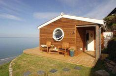 イギリスの海岸沿いにある絶妙な立地の家。 小屋と呼ぶにふさわしい9坪の建て地に建てられた小さい家なのですが 「…