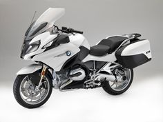 The New BMW R 1200 RT is a classic touring superbike. This classic bike by BMW Motorrad is a supreme touring bike with impressive design. Check out the price & specification of R 1200 RT on our official website. Bmw R1200rt, Bike Bmw, Bmw Scooter, Motos Bmw, Bmw Motorbikes, Cool Motorcycles, Touring Motorcycles, Motorcycle Touring, Motorcycle News
