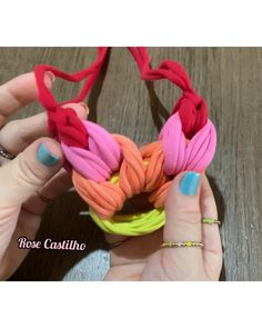 Diy Christmas Ornaments, Diy Christmas Gifts, Diy Fashion Videos, Diy Keyring, Diy Fabric Jewellery, Finger Knitting Projects, Crochet Waffle Stitch, Crochet Stitches For Beginners, Diy Bracelets Easy