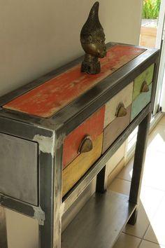 Consola de diseño hecho a mano, lijados y barnizados de acero. El color de la madera dan al todo un aspecto cálido. Pueden caber en su sala de estar, entrada, cocina... Dimensiones Ancho: 100cm Profundidad: 25cm Altura: 100cm