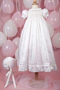 Ruby ist eine atemberaubende Kleid hergestellt aus Bridal White Silk Dupion. Die vollständig geräucherter Mieder ist mit schönen Bullion Rosen und Rosebuds und eine weiche Hals Halskrause beendet. Eine Rose schmückt die geräucherter Hülse und Clustern von Rosen und Blüten verstreut rund um den Saum Tuck. Die Rückseite schließt mit 3 Perle Tasten. Bestellung von Julie Graue handgefertigt. Ruby Bonnet verkauft separat auf Etsy und www.immyandme.com ** Ruby Christening Gown KIT und Ru...