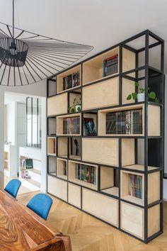 Une bibliothèque recto-verso dans la salle à manger