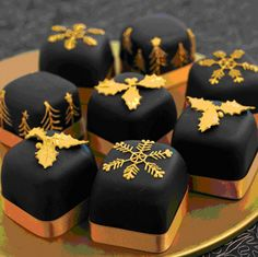 Chocolate Christmas Canapes mini cakes - These look so edible - I will be making them for my christmas party Mini Christmas Cakes, Christmas Canapes, Christmas Chocolate, Christmas Desserts, Christmas Treats, Christmas Baking, Gold Christmas, Chocolate Gold, Miniature Christmas