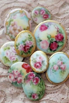 hand painted porcelain buttons- my Aunt did china painting beautifully! Button Art, Button Crafts, Deco Rose, Shabby Chic, Shabby Cottage, China Painting, Vintage Buttons, Vintage Brooches, Diy Buttons