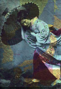 Jackie Bassett, titre inconnu.  Artiste collagiste québécoise composant ses oeuvres à partir de livres anciens, de cartes géographiques, de vieux portraits et de fleurs séchées.