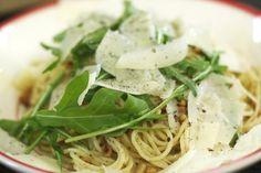 Textuur, krachtige smaken en verfijning: deze vegetarische spaghettischotel heeft het allemaal. Ook voor de doorgewinterde carnivoor bevat dit gerecht genoeg punch. Laat je verleiden door de Italiaanse topingrediënten en geniet van een lekker bordje in de zon. Klaar in een wip!