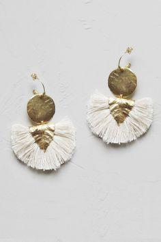 Craquez pour cette jolie pièce de la collaboration Elise Tsikis x Laure de Sagazan !Boucle d'oreille base vermeil, ornée d'une pièce plaquée or, d'une breloque feuille plaqué or, et de pompons 100% coton.Fabriqué en France, à la main, dans l'atelier parisien de la créatrice.