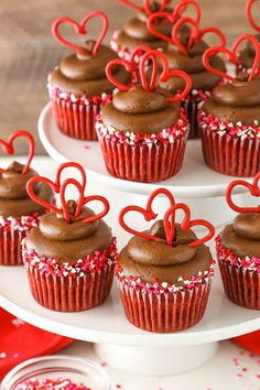 Red Velvet Cupcakes topped with a delicious chocolate cream cheese frosting & hearts! The perfect red velvet cupcake recipe for Valentine's Day! Valentines Baking, Valentine Desserts, Valentines Day Desserts, Valentine Cake, Valentines Cakes And Cupcakes, Holiday Desserts, Holiday Cupcakes, Valentine Treats, Cupcake Fimo