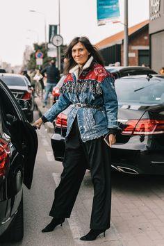 Emmanuelle Alt during the MFW Vogue Paris, Emmanuelle Alt Style, Blue Jean Outfits, Estilo Denim, Look 2018, Gucci, Summer Fashion Outfits, Street Style Looks, Denim Fashion