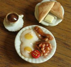 Really cute mini British breakfast Miniature Crafts, Miniature Food, Miniature Dolls, All The Small Things, Mini Things, Tiny Food, Fake Food, Crea Fimo, Food Sculpture