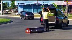 Caixão cai de carro funerário no meio de avenida em Goiânia; veja vídeo +http://brml.co/1BTGqHW