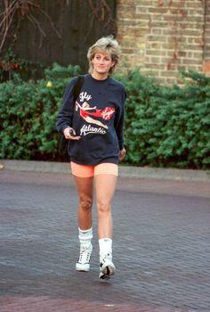 Princess Diana Princess of Wales wearing Virgin Atlantic sweatshirt leaves Chelsea Harbour Club London in November 1995 Lady Diana Spencer, Princesa Diana, Royal Fashion, 90s Fashion, Fashion Trends, Street Fashion, Fall Fashion, Fashion News, Fashion Dresses
