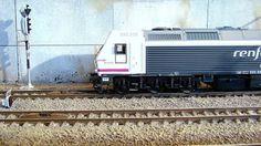 Locomotora diesel 333 Renfe Mercancías y señalización luminosa ADIF. Escala H0.