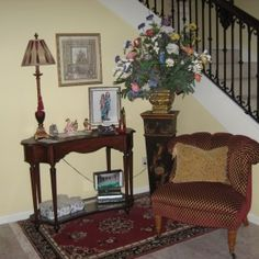 inspiration-furniture-grandiose-brown-fabric-accent-chair-feat-antique-foyer-table-on-red-rugs-as-well-as-stairs-case-in-loft-ideas-winsome-foyer-table-with-and-without-drawer-designs-290x290.jpg (290×290)