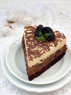 Ciasto czekoladowo śliwkowe (suszone śliwki) z masą cappucino.