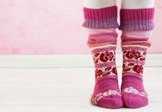 Roosa nauha -langasta neulotut Ingrid-sukat. Ohje: http://www.kodinkuvalehti.fi/artikkeli/suuri_kasityo/neulonta_ja_virkkaus/roosa_nauha_langasta_neulottujen_ingrid_sukkien_ohje