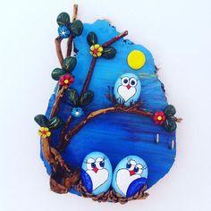 #taş #boyama #mavi #sarı #tahta #dal #güneş Stone Crafts, Rock Crafts, Crafts To Make, Arts And Crafts, Pebble Painting, Stone Painting, Paper Wall Hanging, Rock Painting Designs, Pet Rocks