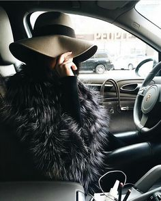 Jlo oversized floppy hat and big fur coat is so cute and chic! Love this style. Fur Fashion, Look Fashion, Winter Wear, Autumn Winter Fashion, Estilo Tropical, Luxe Life, Brim Hat, Looks Cool, Mode Inspiration