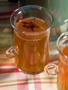 The holiday entertaining experts at HGTV.com share a recipe for hot spiked cider to warm up your Thanksgiving party.
