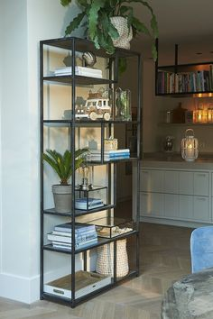 A lovely open cabinet that books can stand in. But also lovely gadgets, large and small. Or those beautiful wine glasses, which are just jewels, even without wine. The shelves at different heights and in different positions make the cabinet very playful. New Living Room, Small Living, Home And Living, Living Room Decor, Living Area, Living Room Inspiration, Interior Inspiration, Home Interior, Interior Decorating