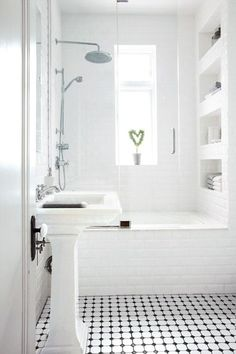 petite salle de bains blanche avec une baignoire-douche, niche murale et carrela… small white bathroom with tub-shower, wall niche and Small White Bathrooms, Classic White Bathrooms, Bathroom Interior, Small Bathroom, Bathrooms Remodel, Shower Tub, Bathroom Design Small, White Bathroom, Tile Bathroom