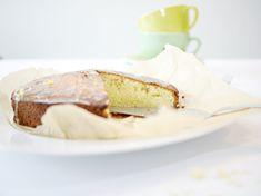 Fluffiger Zitronenkuchen! Dieses Zitronenkuchen Rezept ist besonders fluffig und besonders einfach und schnell gemacht. Nur wenige Zutaten sind nötig.
