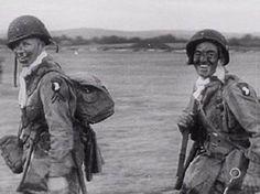 5 JUIN 1944 -Angleterre En fin d'après-midi, sur l'aérodrome d'Exeter, un stick de la 101st Airborne Division se rend vers son avion afin d'y effectuer les derniers préparatifs avant le décollage.