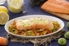 I filetti di salmone su julienne di cavoletti di bruxelles, porri e carote sono un secondo piatto gustoso, con salmone norvegese e verdure.