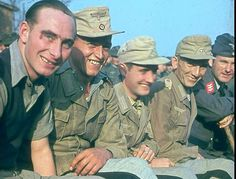 Afrika Korps troops repatriated to Germany Most of their comrades ended up in POW camps in Canada and the US. Far better luck. These happy faces almost instantly were re-mobilized to die in battle for the Leader. Ww2 Uniforms, German Uniforms, German Soldiers Ww2, German Army, Military Photos, Military History, Luftwaffe, Afrika Corps, North African Campaign