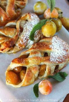 Feuilletés aux mirabelles Delicious Breakfast Recipes, Dessert Recipes, Yummy Food, Parkin Recipes, Bistro Food, Desserts With Biscuits, Homemade Pastries, Sweet Recipes, Brunch