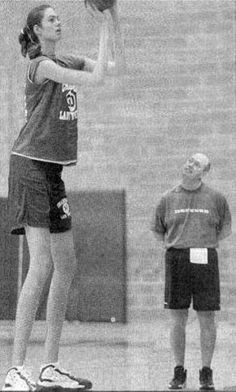 Some men prefer blondes, some prefer brunettes but there are some guys who prefer tall women, really tall women. Giant People, Tall People, Male To Female Transition, Human Oddities, Michael Jordan Basketball, Teen Girl Poses, Long Tall Sally, Muscle Girls, Tall Guys
