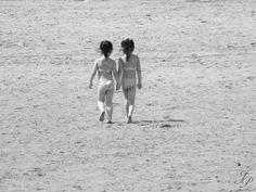 Deux petites filles, des soeurs jumelles ne se lâchant plus jusqu'à trouver l'eau à leurs pieds. C'est un chemin long mais bon puisqu'il est fait à deux, main dans la main, dans la même direction...