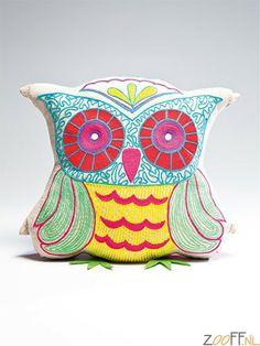 Kare Design Fiesta Owl Knuffelkussen Wit - Dit gezellige knuffelkussen vraagt om een knuffel, maar kan ook op de bank als steuntje in de rug prima functioneren! In hippe, frisse kleurstellingen verkrijgbaar, in de basiskleuren geel,wit,paars en groen. Oehoe!