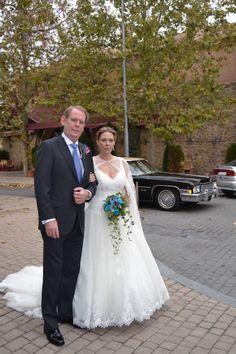 Guapísimos la novia y el padrino antes de entrar. #boda