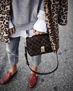 Sandra Ebert von black-palms.com kombiniert Leo mit roten Gucci Princetown Slippern und der Louis Vuitton pochette Metis Streetstyle