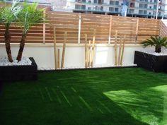 Busca imágenes de Terrazas de estilo : Combinación de bambú con césped artificial y bolo blanco. Encuentra las mejores fotos para inspirarte y crea tu hogar perfecto.